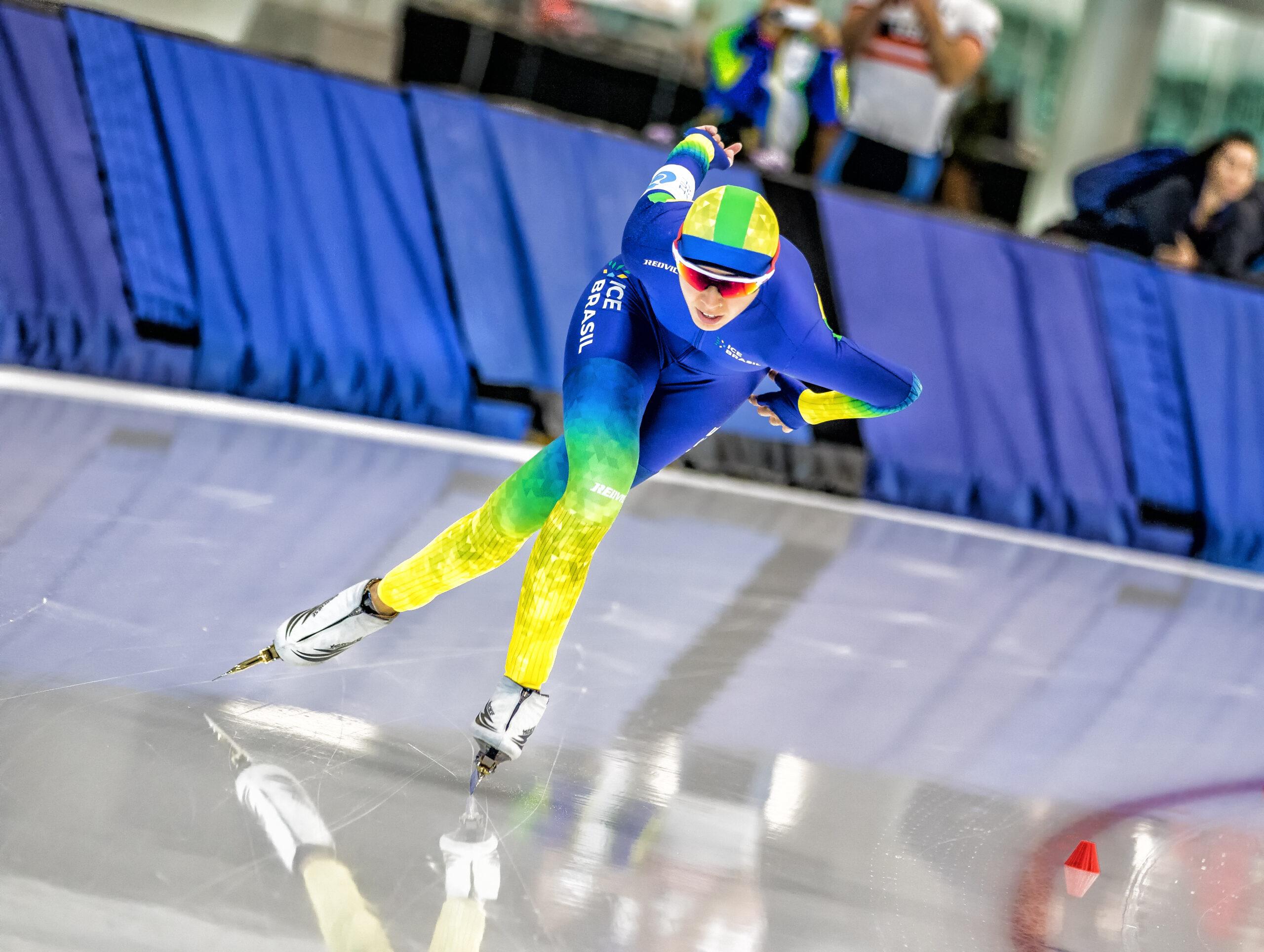 A atleta está nos Estados Unidos onde treina para buscar uma vaga para representar o Brasil nos Jogos Olímpicos de Inverno e ela quer fazer história, quer tornar a primeira brasileira a conquistar esse feito na modalidade de patinação de velocidade no gelo